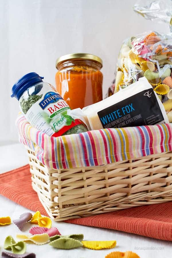 DIY inexpensive gift basket ideas that are edible and include pasta, tomato sauce, basil and any kind of cheese by ilonaspassion.com I @ilonaspassion