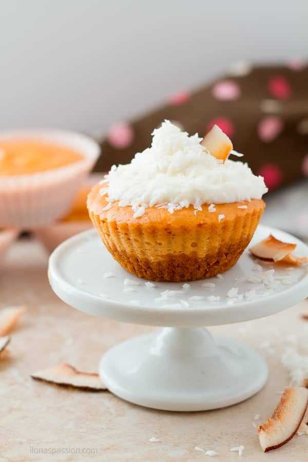 Little cheesecake cupcakes decorated with fresh whipped cream and coconut by ilonaspassion.com I @ilonaspassion