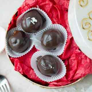 Energy balls coated win dark chocolate and made with coconut, almonds and chia seeds by ilonaspassion.com I @ilonaspassion