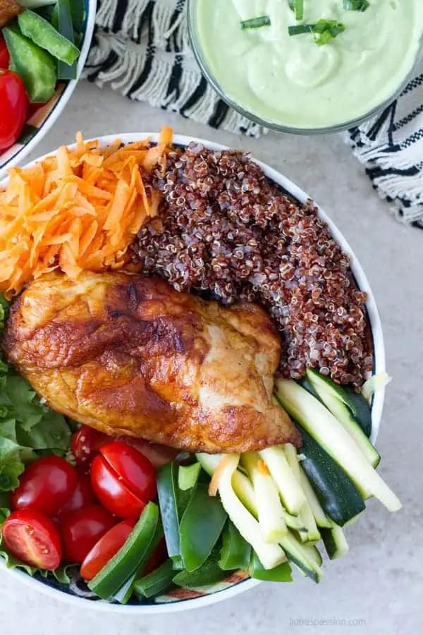 Homemade avocado dressing with chicken buddha bowl and veggies by ilonaspassion.com I @ilonaspassion
