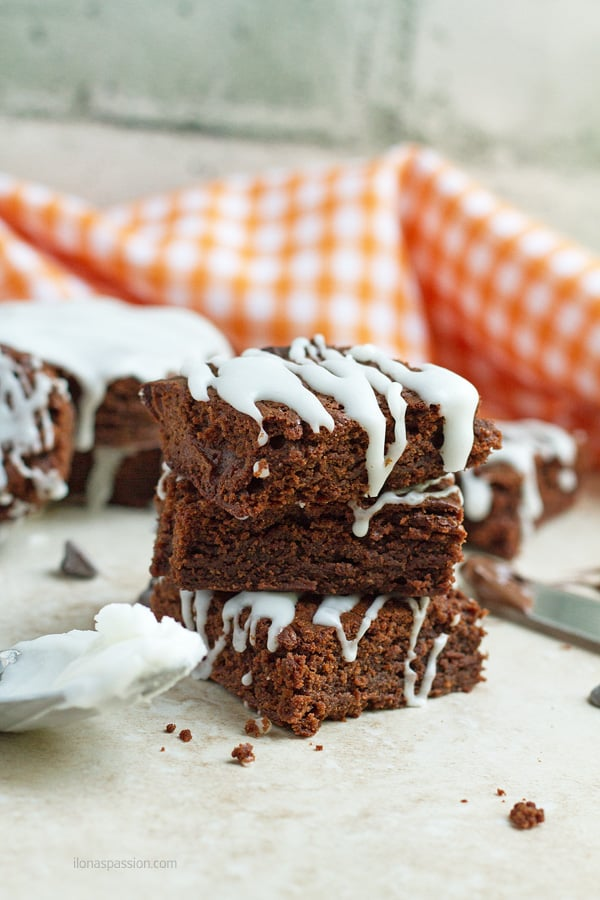 Brownie bars with nutella.
