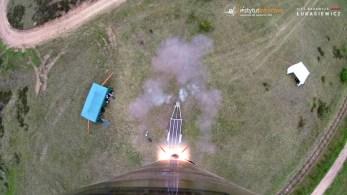 Ujęcie z kamery pokładowej - opuszczenie wyrzutni startowej przez rakietę. | Caption from the on-board camera. ILR-33 AMBER leaving the launchpad.