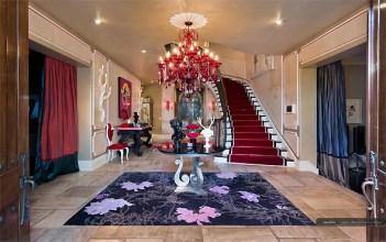O saguão de entrada já dá aos visitantes ideia da decoração artística e extravagante que Christina montou na casa
