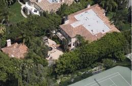 A visão de todo o terreno mostra o pátio dos fundos e a casa de hóspedes no canto esquerdo da imagem.