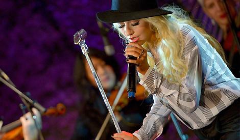 Christina cantando no Stand Up For Cancer