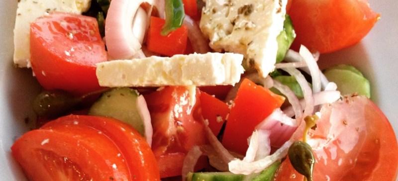 Detox salade recept: Griekse detoxsalade met feta,paprika, kappertjes, rode ui en tomaten.