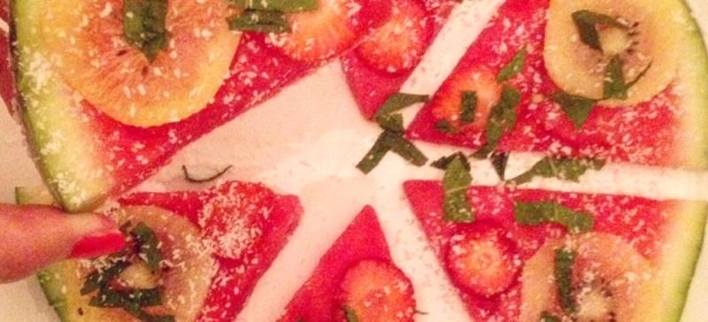 Detox zomer snackL Watermeloen pizza! Makkelijk om te maken, enig voor de kinderen en verfrissend als toetje of middagsnack met het warme weer. Makkelijk te maken met bijvoorbeeld feta, zomerfruit of munt.