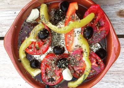 Feta uit de oven, Grieks voorgerecht met feta, knoflook, tomaat, paprika, olijfolie, olijven en oregano.