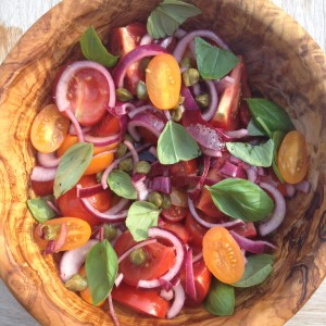 Detox Recept voor een pittige detoxsalade: tomatensalade met kappertjes, basilicum en rode ui. Ideaal voor in een detox kuur, barbecue, bij afvallen of dieet