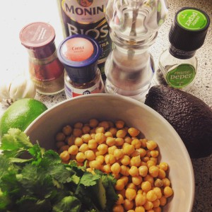 Detox recept romige avocado hummus. Op zoek naar een lekker gezonde dipsaus voor in je detox kuur, dieet of bij afvallen? Deze hummus is suikervrij, lactosevrij en vol gezonde ingrediënten.