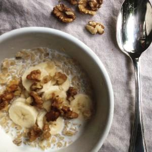 I Love Detox recept: 5 detox ontbijt tips warm ontbijt havermout met amandelmelk, banaan en walnoten