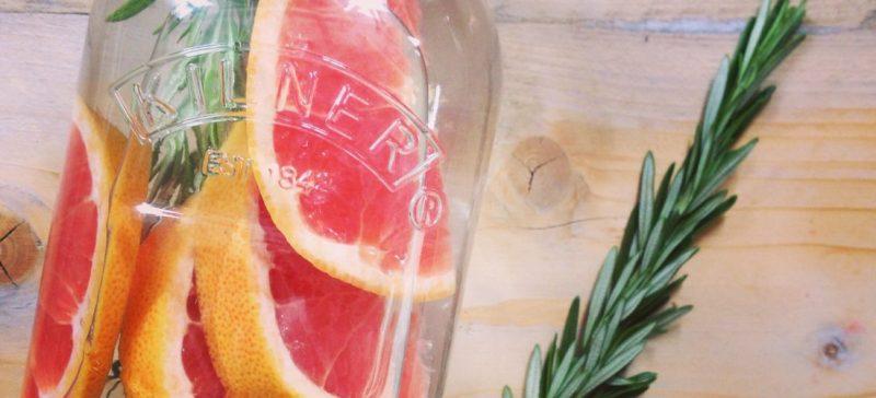 Detox water recept met grapefruit en rozemarijn. Lekker fris fruitwater met een smaakje, ideaal om mee te nemen of als fruitwater op je werk