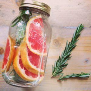 Detox water recept met grapefruit en rozemarijn. Lekker fris fruitwater met een smaakje, ideaal om mee te nemen, als fruitwater op je werk, tijdens een barbecue of kinderfeestje.