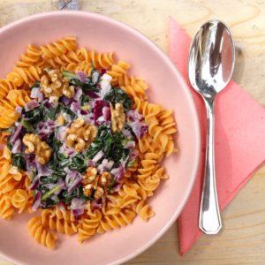 Recept voor Glutenvrije rode linzen pasta met 3 soorten geitenkaas saus en spinazie. Heerlijk als detox lunch of hoofdmaaltijd.