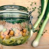 detox salade met tonijn venkel en kikkererwten. Gezonde lunch of hoofdmaaltijd tijdens dieet of detox kuur.