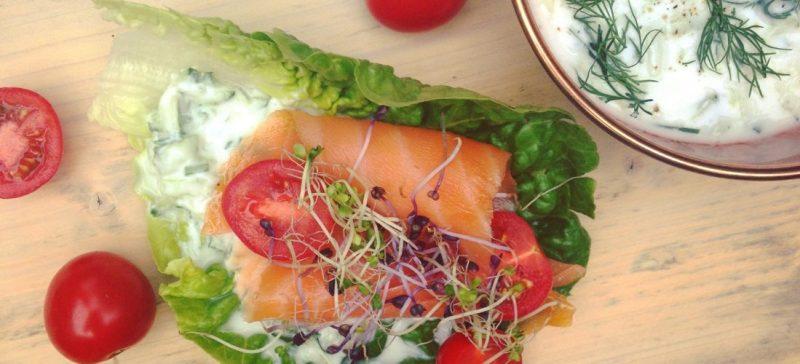 Sla sandwich met zalm en tzatziki. Frisse detox lunch en zo makkelijk klaar te maken. Ideaal als broodvervanger! Meer informatie over detox kuren? Detoxcoach Nico van Rossum helpt je graag op weg.