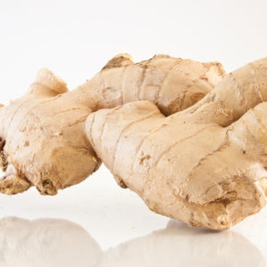 Romige wortelsoep met gember en kurkuma cashewnoten creme en pittig geroosterde kikkererwten