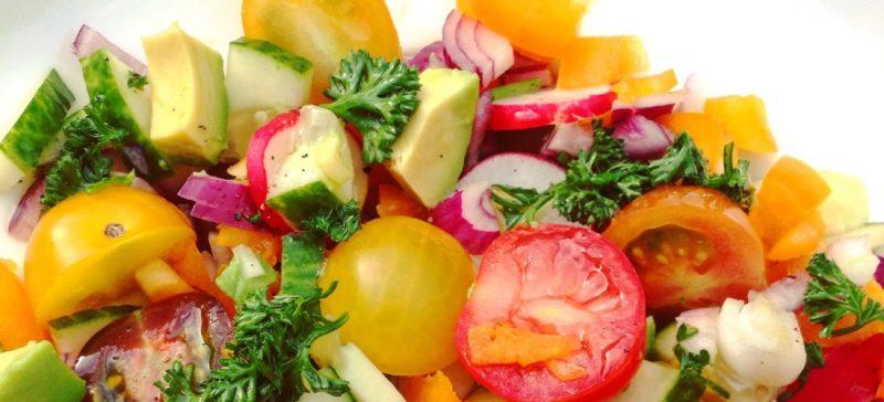 Zoek je inspiratie voor in een detox kuur, afvallen of dieet? Deze vegan frisse zomer detox salade is makkelijk, snel klaar maken en overheerlijk als gezonde lunch of hoofdmaaltijd. Laag in calorieën, hoog in voedingswaarde.