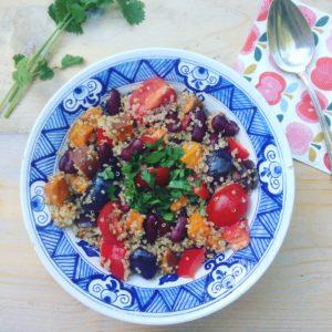 Vegetarisch en veganistisch recept! Quinoa salade met pittig geroosterde zoete aardappel kidneybonen tomaat paprika en verse koriander. Zeer voedzaam vullend en lekkere lunch of avond maaltijd.