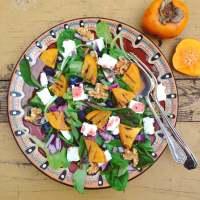 Detox salade met kaki, bosbessen, feta en walnoten. Heerlijk makkelijk salade in de lente! Voor detox kuur, afvallen en dieet.