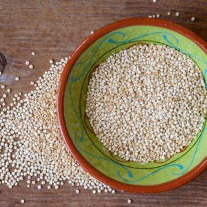Makkelijk recept voor detoxlunch onderweg: quinoa met omelet en avocado, paprika en salie