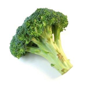 Makkelijke groene detox soep met spliterwten broccoli en ui.