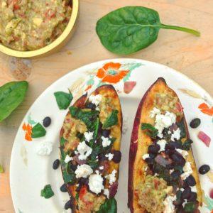 Makkelijk detox recept voor hoofdmaaltijd: Gevulde zoete aardappel met zwarte bonen en guacamole en spinazie