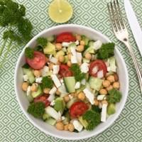 Detox salade: Salade met kikkererwten tomaten avocado peterselie en feta