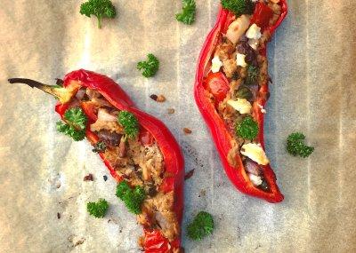 Gevulde zoete paprika met tonijn, kappertjes, ui, tomaat, olijven en feta l