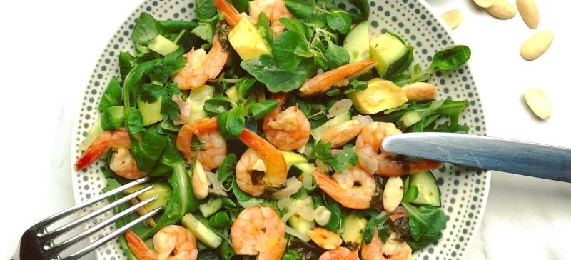 Detox recept voor een warme zomeravond: frisse groene zomer salade met garnalen avocado en met een dressing van citrusfruit zoals sinaasappel en citroen