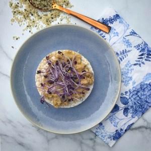 Detox recept voor zelfgemaakte gezonde hummus, humus of hoemoes met hennepzaad en hennepzaadolie. Deze hennep hummus is heerlijk als broodbeleg, als dipsaus of als groentedip.