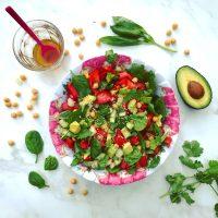 Groene detox salade met spinazie avocado koriander en basilicum. Voedzaam en gezond, makkelijk klaar te maken als detoxlunch voor 2 personen.