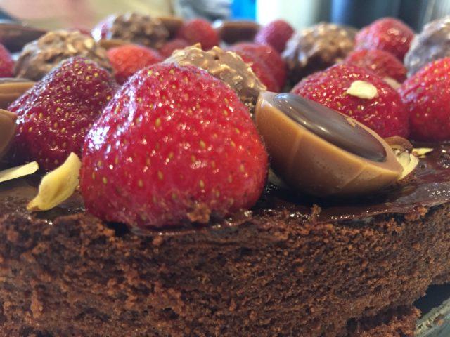 Ren chokoladekage pyntet med mine favoritter