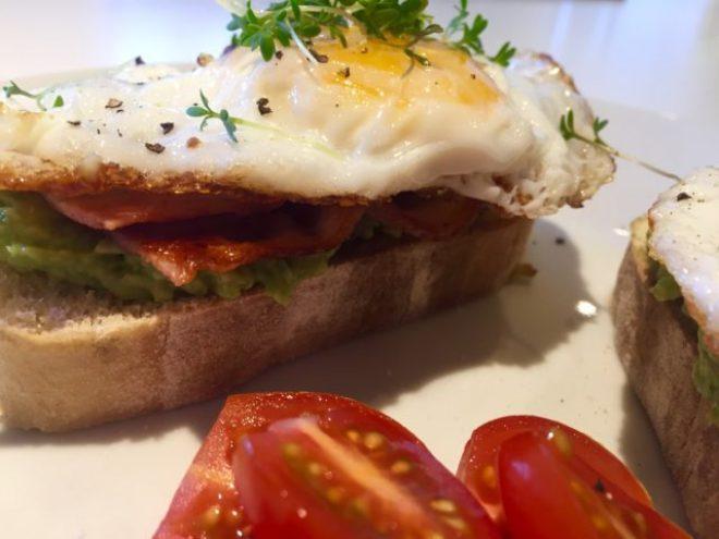 Avocado toast med bacon og spejlæg
