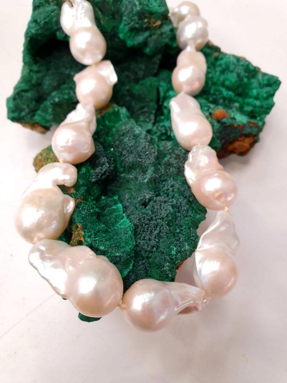 perle barocche su malachite, IStone