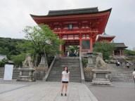 Hello! I am finally at the main entrance of Kiyomizudera!