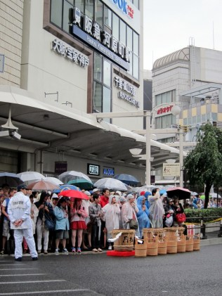 Waiting for Yamaboko Junko to start. Rain was no deterrent!