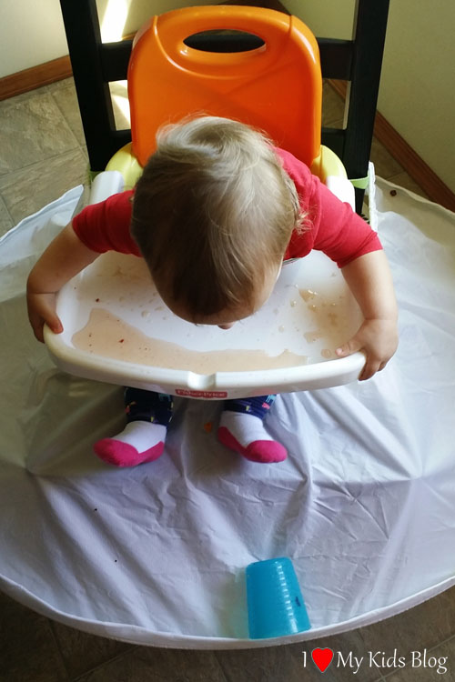 highchair-bib-prevents-liquids-from-spilling-onto-the-floor