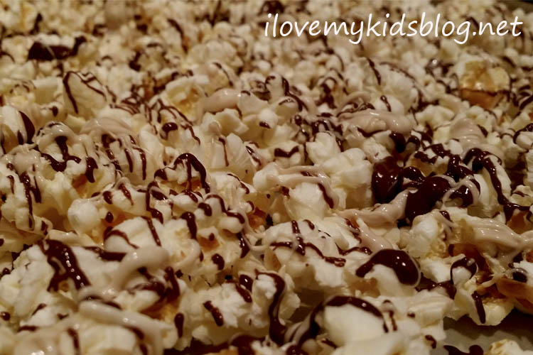chocolate-drizzled-popcorn