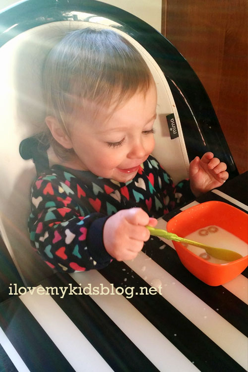 mima-moon-highchair-adjusts-easily-and-can-be-pushed-up-to-a-table-for-safe-and-comfortable-use
