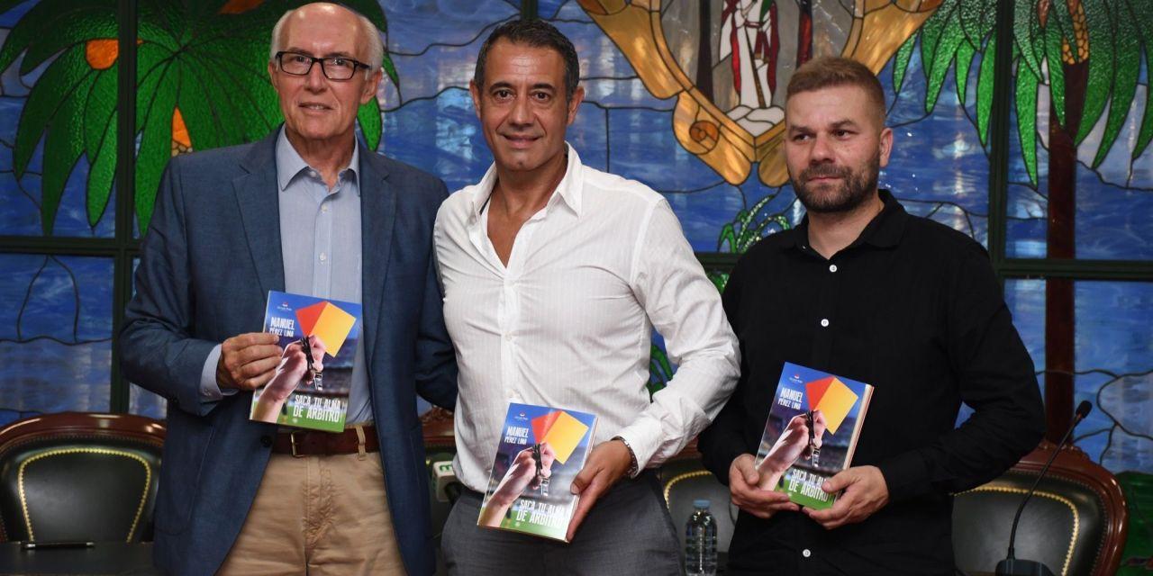 El exárbitro Pérez Lima presentó en Santa Úrsula su libro 'Saca tu alma de árbitro'