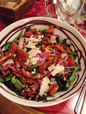 La salade Serrano, manchego, tomates confites et courgettes crues