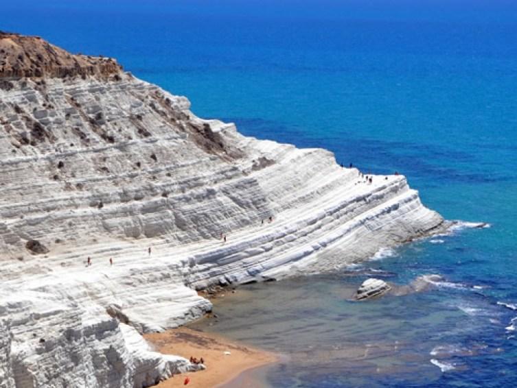 La Scala dei Turchi è una parete rocciosa che si erge a picco sul mare lungo la costa di Realmonte, in provincia di Agrigento.
