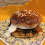 Hamburger vegetariano con bietola Svizzera ripassata in padella e tomino