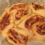 Rose di pizza con formaggio filante e capuliato siciliano