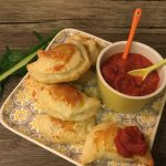 Fagottini di cicoria con salsa al pomodoro piccante