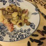 Gnocchi di patate su petali di bacon croccante con melanzane perline e fave di tonka