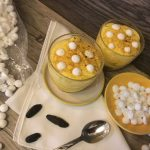 Bicchierini di mascarpone con gocce di meringa e fave di tonka