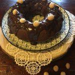 Ciambella al cioccolato con noci di macadamia