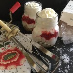 Cheesecake destrutturata in vasetto ai frutti di bosco, salsa al caramello e fiocchi di sale di Maldon